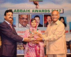 Anwar Masood presented Gold Medal & Award to Wajiha younas Ist Overall Multan (2017)