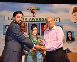 Amjad Islam Amjad presented Gold Medal & Award to Aleesa Kaleem 2nd Overall Lahore (2017)