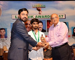 Amjad Islam Amjad presented Gold Medal & Award to Soban Khalid 2nd Overall Lahore (2017)