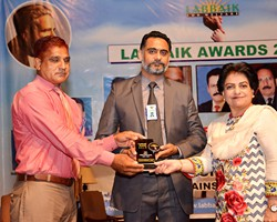 Prof. Dr. Samia Kalsoom presented Shield to Asif Ch  as Top Best Performance (2017)