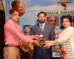 Prof. Dr. Samia Kalsoom presented Shield to Irfan Munawar as 2nd Bet Performance (2017)